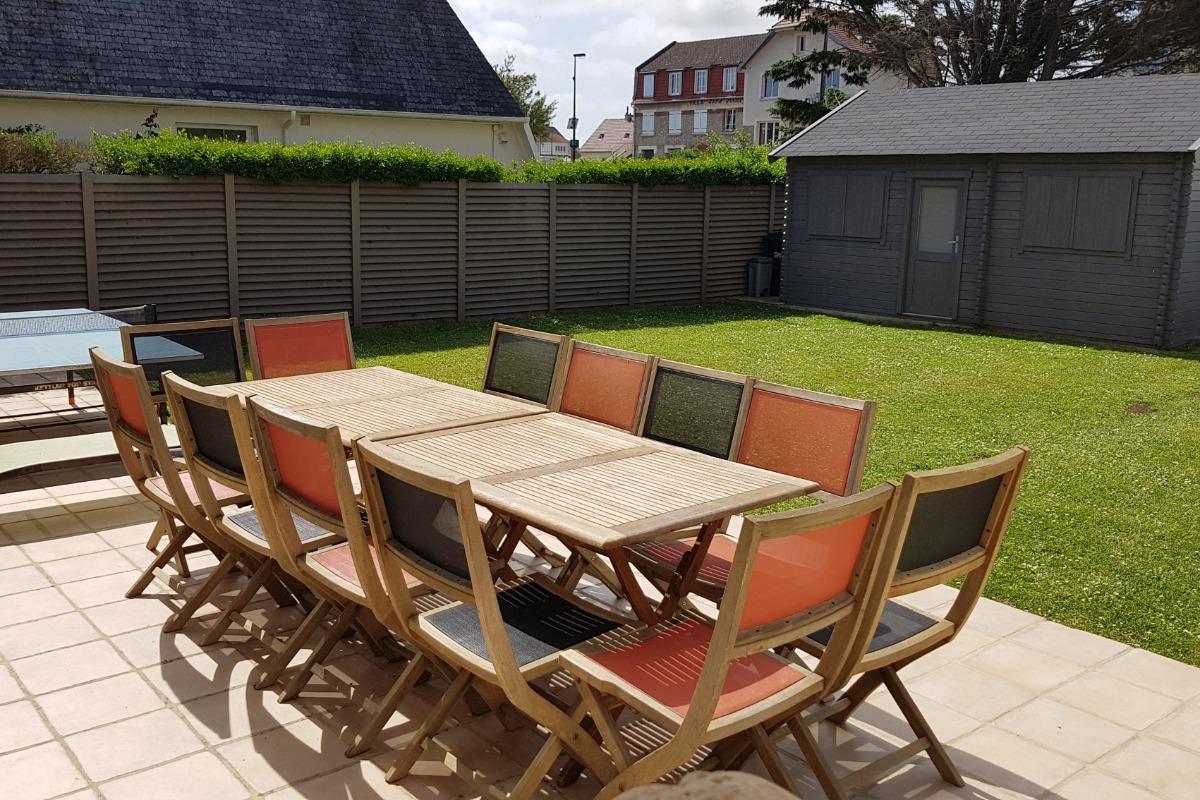 Terrasse abritée côté jardin - Location de vacances - Luc-sur-Mer