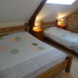 Chambre 3  (premier etage)1 lit double et 1 lit simple - Location de vacances - Donnay