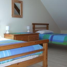 Chambre 2 (premier etage) - 2 lits simples - Location de vacances - Donnay