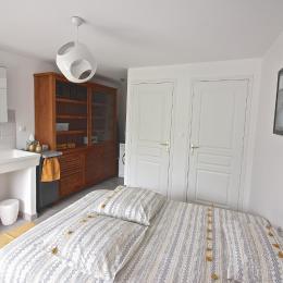 Votre chambre d'hôtes Pomme Happy est charmante et confortable. Douche, WC séparés, lit fait, linge de toilette fourni, sèche-cheveux, lave-linge, tancarville, table et fer à repasser. - Chambre d'hôtes - Monceaux-en-Bessin