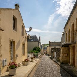 En contrebas de la ruelle (très paisible) : restaurants / cafés / halle aux poissons - Location de vacances - Port-en-Bessin-Huppain