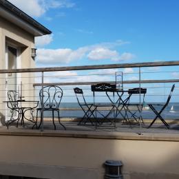 En dessous de la terrasse : cour anglaise et chambre 2 & 3 - Location de vacances - Port-en-Bessin-Huppain