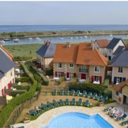 Vue générale de la résidence et la piscine extérieure ouverte de début juin à fin septembre - Location de vacances - Dives-sur-Mer