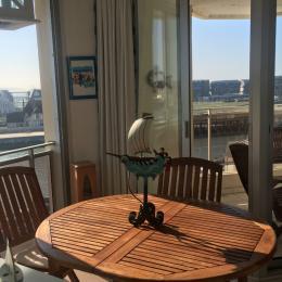 Grand espace salon-salle à manger (table de 6 personnes avec rallonge) donnant sur une petite loggia aménagée - Location de vacances - Trouville-sur-Mer