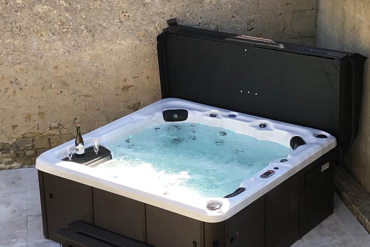 Jacuzzi 5 places, 37 degrés. - Location de vacances - Juaye-Mondaye