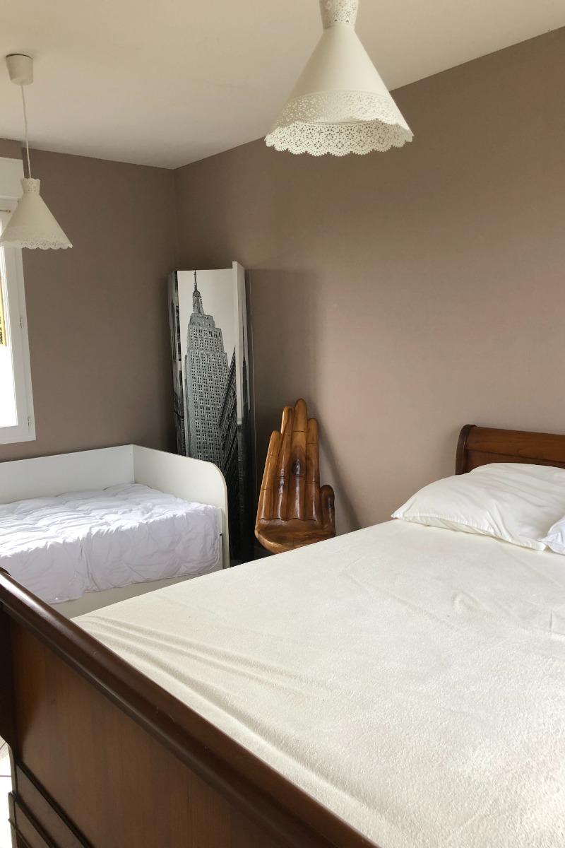 grande chambre de 15 m² , lit deux personnes et lit de 1 enfant, dressing, très lumineuse - Location de vacances - Saint-Côme-de-Fresné