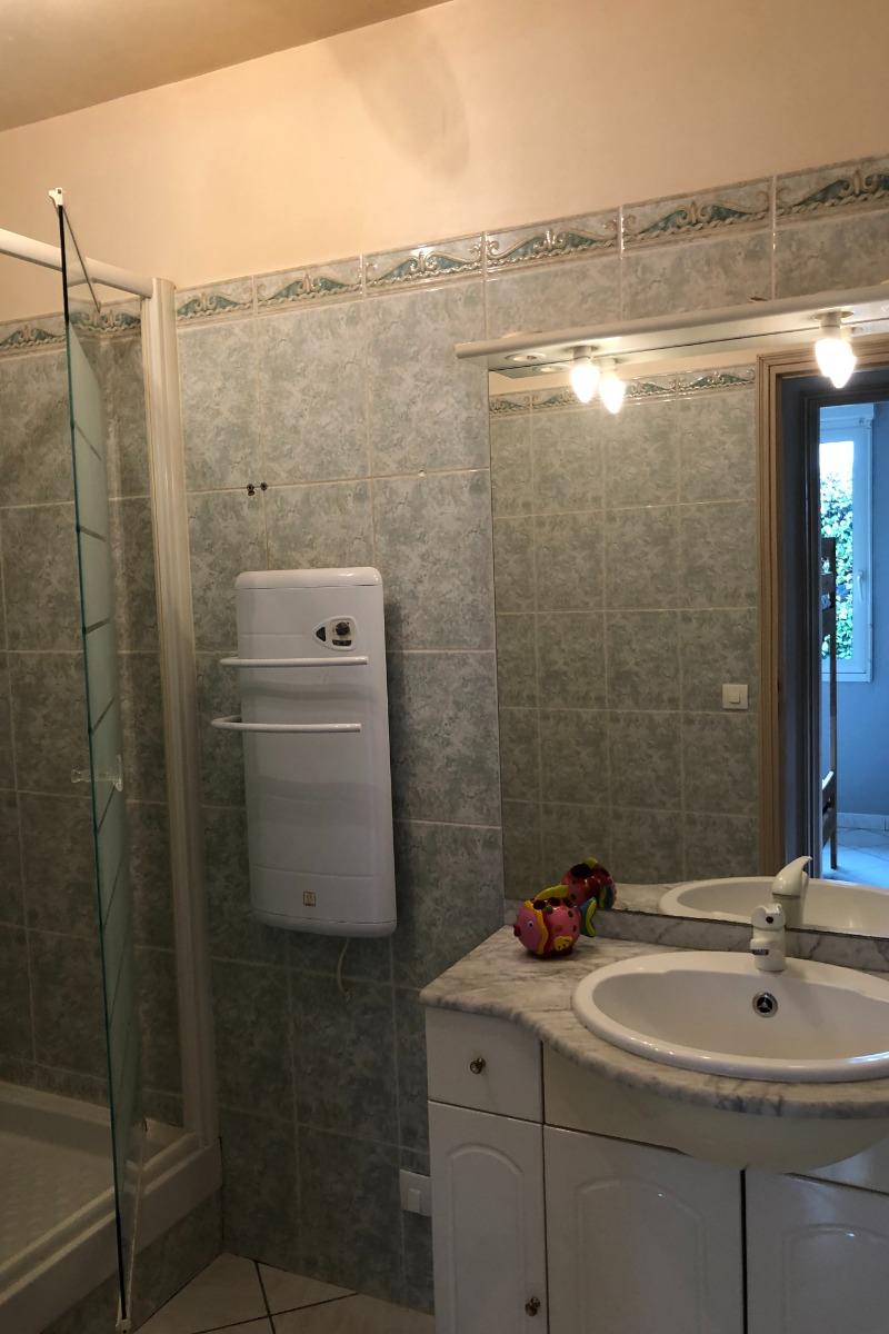 salle de bain, douche et wc - Location de vacances - Saint-Côme-de-Fresné