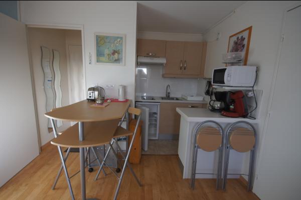 la cuisine bien aménagée avec tous le nécessaire pour 4 personnes et 1 bébè - Location de vacances - Villers-sur-Mer