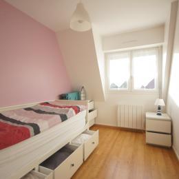 la chambre et son lit gigogne son lit bébé exposition sud ouest location villers sur mer  - Location de vacances - Villers-sur-Mer
