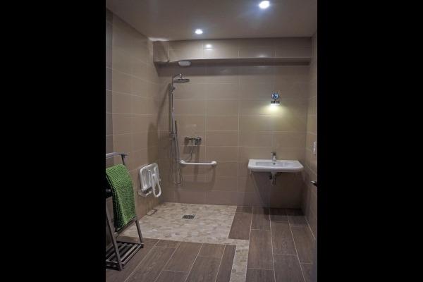 Salle d'eau les cigognes - équipée tout type handicap - luxe et volupté - Chambre d'hôtes - Isigny-sur-Mer