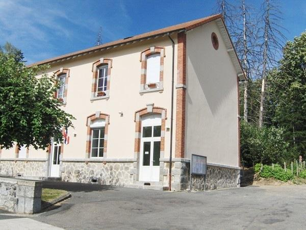 Mourjou, Chambres Clévacances, l'ancienne école avec les 2 chambres d'amoureux et la suite familiale au 1er étage - Chambre d'hôtes - Mourjou