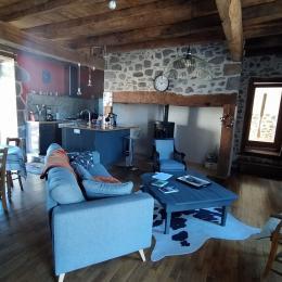 cuisine et salon de la Maison de Jeanne gite cantal - Location de vacances - Jussac