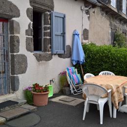 Terrasse de plein pied devant le gîte. - Location de vacances - Saint-Projet-de-Salers