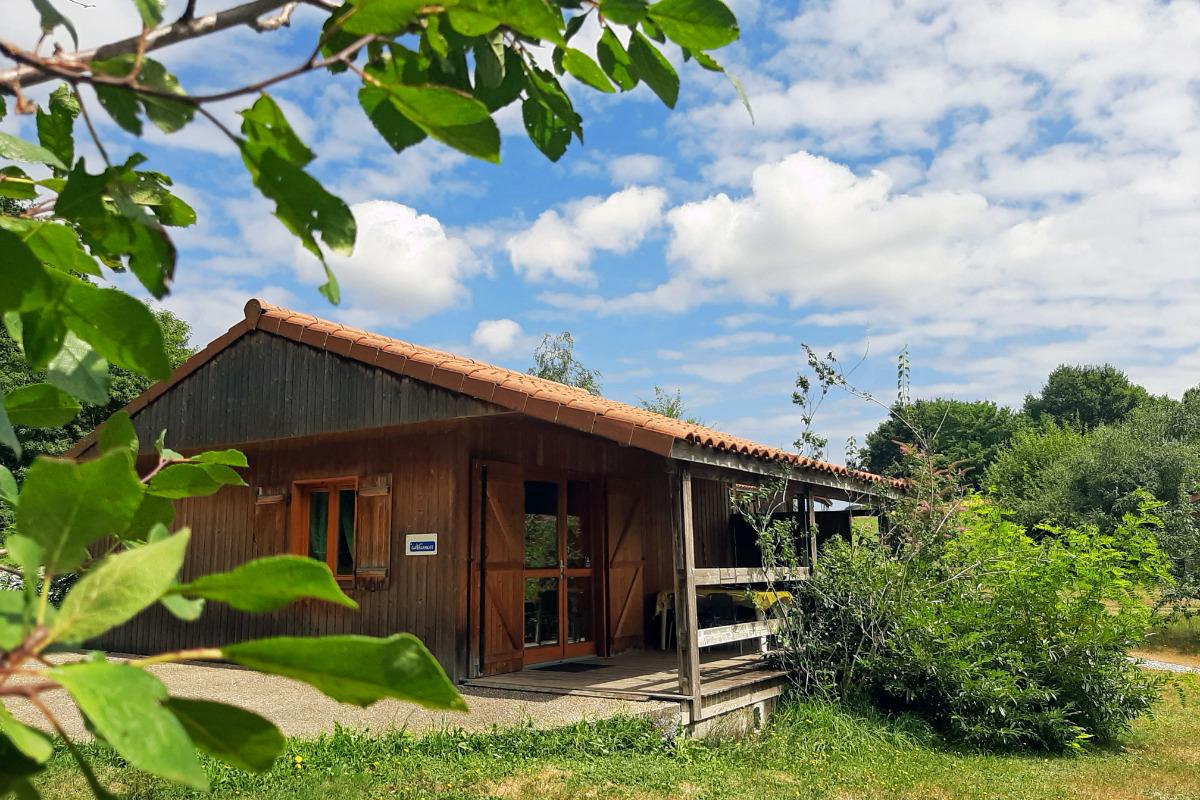gite en bois arboré et fleuri l'Hirondelle - Location de vacances - Junhac