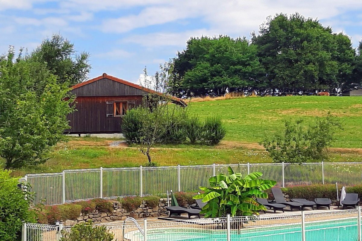 Vue d'ensemble chalet et piscine - Location de vacances - Junhac