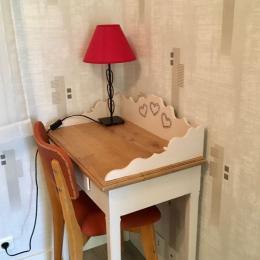 Salle de séjour donnant sur la terrasse par une baie vitrée coulissante - Location de vacances - Marmanhac