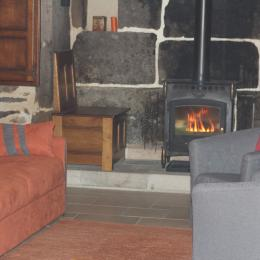 Cuisine, table à manger et salon - Location de vacances - Jou-sous-Monjou