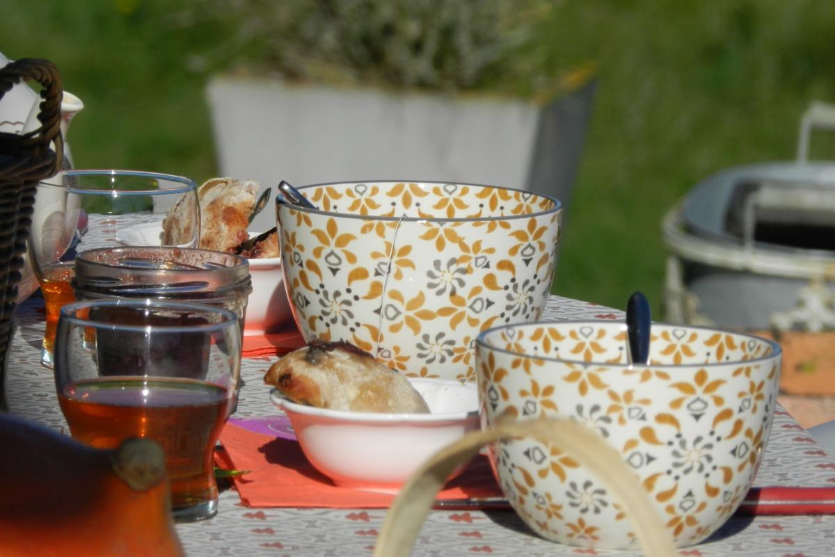 A la campagne les petits déjeuners se prennent en terrasse - Location de vacances - Jussac