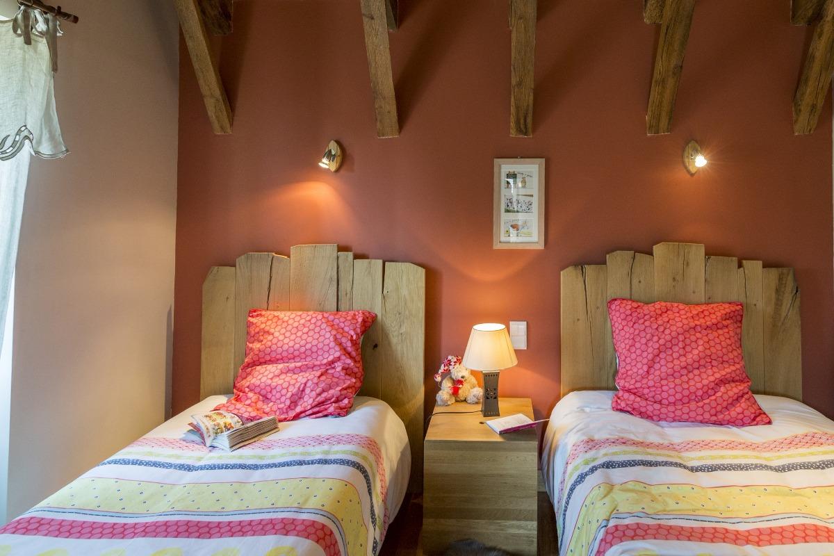 chambre enfant, têtes de lit en vieux bois, poutres apparentes, un joli parquet en chêne... - Location de vacances - Jussac