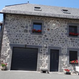 façade ensoleillée et jardinet - Location de vacances - Albepierre-Bredons