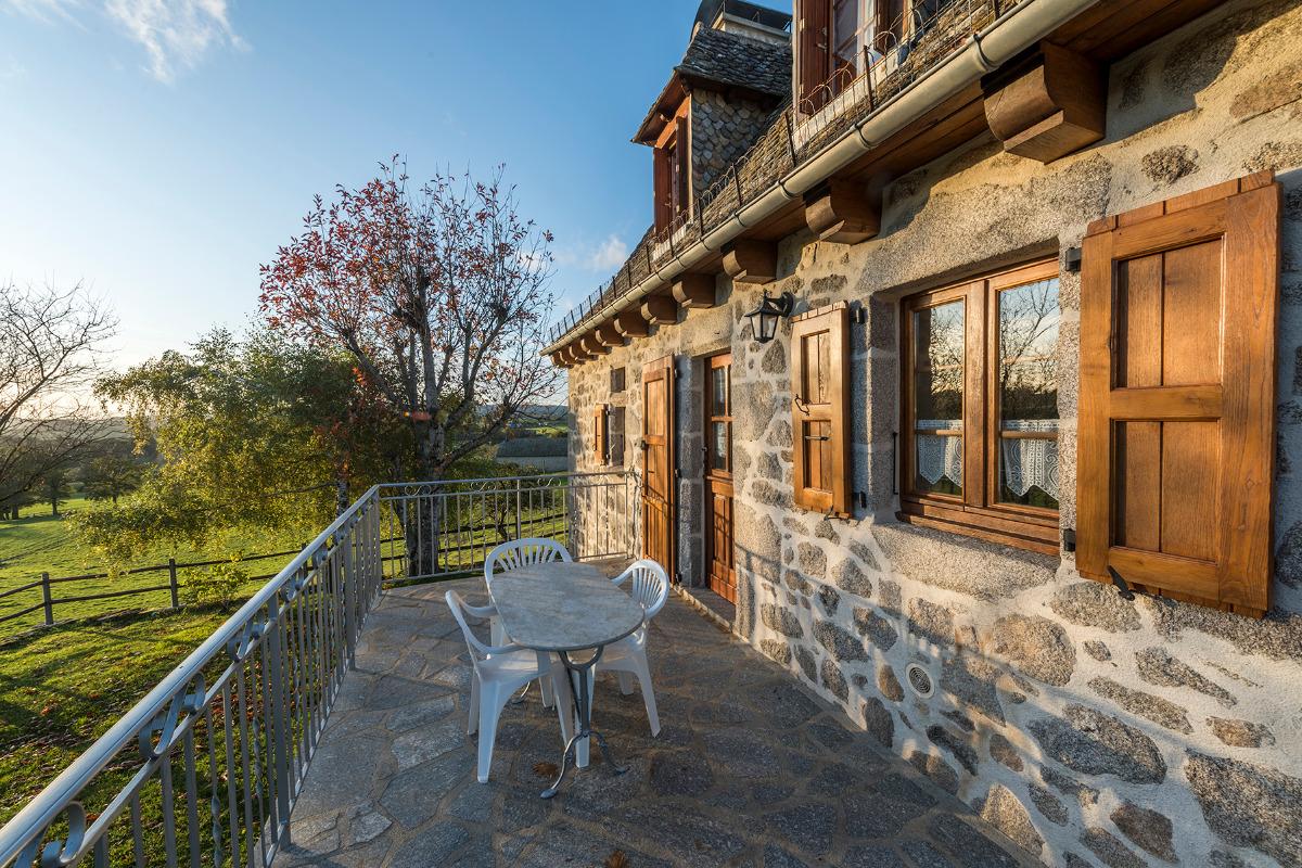 La terrasse du Gîte - ©Dorian Loubière - Location de vacances - Labesserette