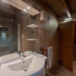 Salle de bain - ©Dorian Loubière  - Location de vacances - Labesserette