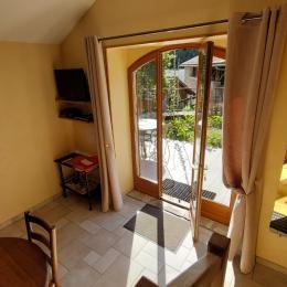 Escalier pour liaison intérieure salon,cuisine, chambre. - Location de vacances - Saint-Julien-de-Toursac