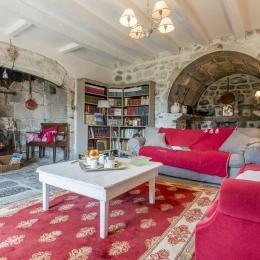 salon détente, charme authentique, sol en pierre d'auvergne - Location de vacances - Jussac