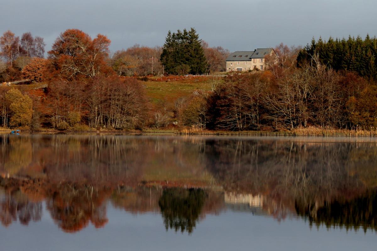 Le gite dominant le lac du Tact en automne - Location de vacances - Champs-sur-Tarentaine-Marchal