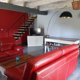 Salon ,baceyre et cheminée avec poêle à granules - Location de vacances - Auzers