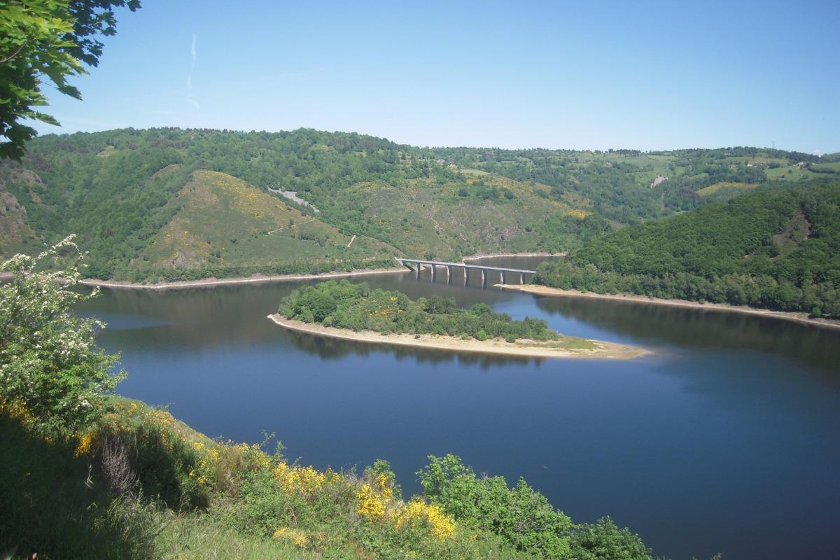 vue de la retenue du barrage de Grandval entre Faverolles et Fridefont - Chambre d'hôtes - Fridefont