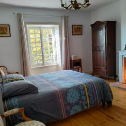 terrasse et perspective sur le village - Chambre d'hôtes - Vic-sur-Cère