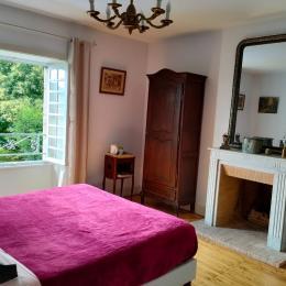 vue de la chambre du Carladès vers le village - Chambre d'hôtes - Vic-sur-Cère