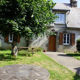 Façade de la maison avec cour - Location de vacances - Pleaux