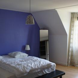 Grande chambre premier étage avec un lit de 160 - Location de vacances - Pleaux
