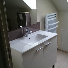 Lavabo salle de bain chambre Montlouby - Chambre d'hôtes - Rézentières