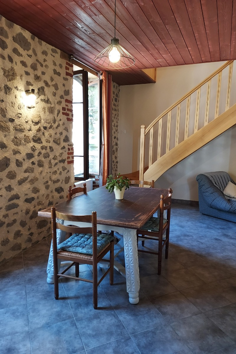 le coin repas avec l'escalier qui monte à l'étage. - Location de vacances - Saint-Cernin