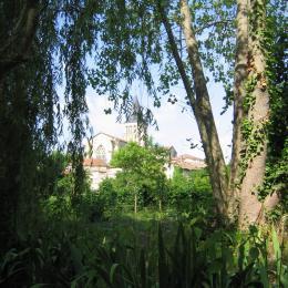 Vue sur l'abbaye de Saint-Amant-de-Boixe - Location de vacances - Saint-Amant-de-Boixe