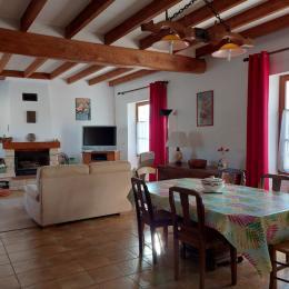 la salle à manger - Location de vacances - Saint-Amant-de-Nouère
