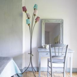 Petit coin bureau et le lampadaire emblématique des années 60 - Chambre d'hôtes - Saint-Yrieix-sur-Charente