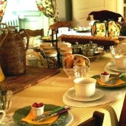 Petit déjeuner dans la salle à manger - Chambre d'hôtes - Saint-Denis-du-Pin