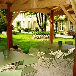 Sous l'auvent extérieur - Chambre d'hôtes - Saint-Denis-du-Pin
