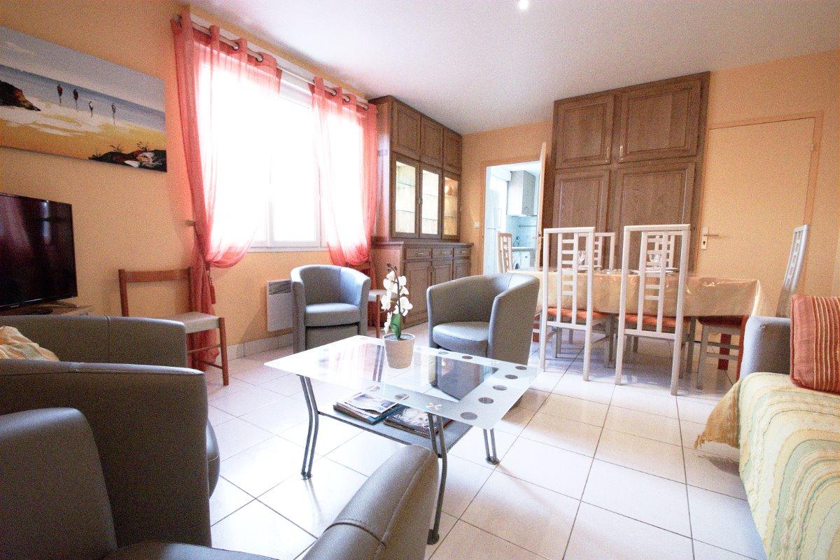 La chambre parme, un lit de 140 pour 2 personnes et une armoire avec penderie et étagère - Location de vacances - Saint-Nazaire-sur-Charente