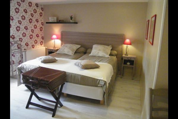 les lits jumeaux peuvent être réunis sur demande à la réservation - Chambre d'hôtes - Montpellier-de-Médillan