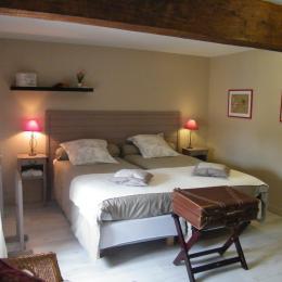 vue sur le lit - Chambre d'hôtes - Montpellier-de-Médillan
