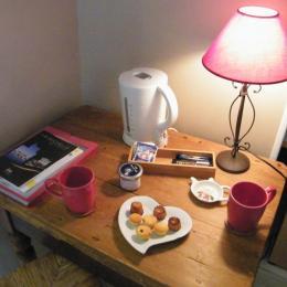 bouilloire, thé, café et gourmandises - Chambre d'hôtes - Montpellier-de-Médillan