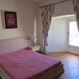 Chambre rose lit double - Location de vacances - Trizay