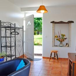 salon et terrasse couverte - Location de vacances - La Gripperie-Saint-Symphorien