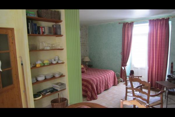 Studio Tournesol au Clos de la Garenne : coin chambre vu de la cuisine - Location de vacances - Puyravault