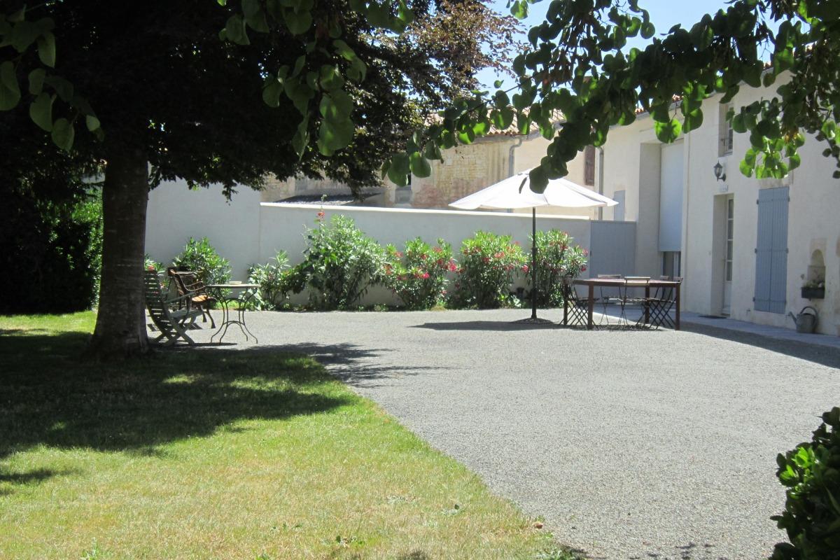 Façade et terrasse avec accès indépendant sur le côté - Location de vacances - Puyravault